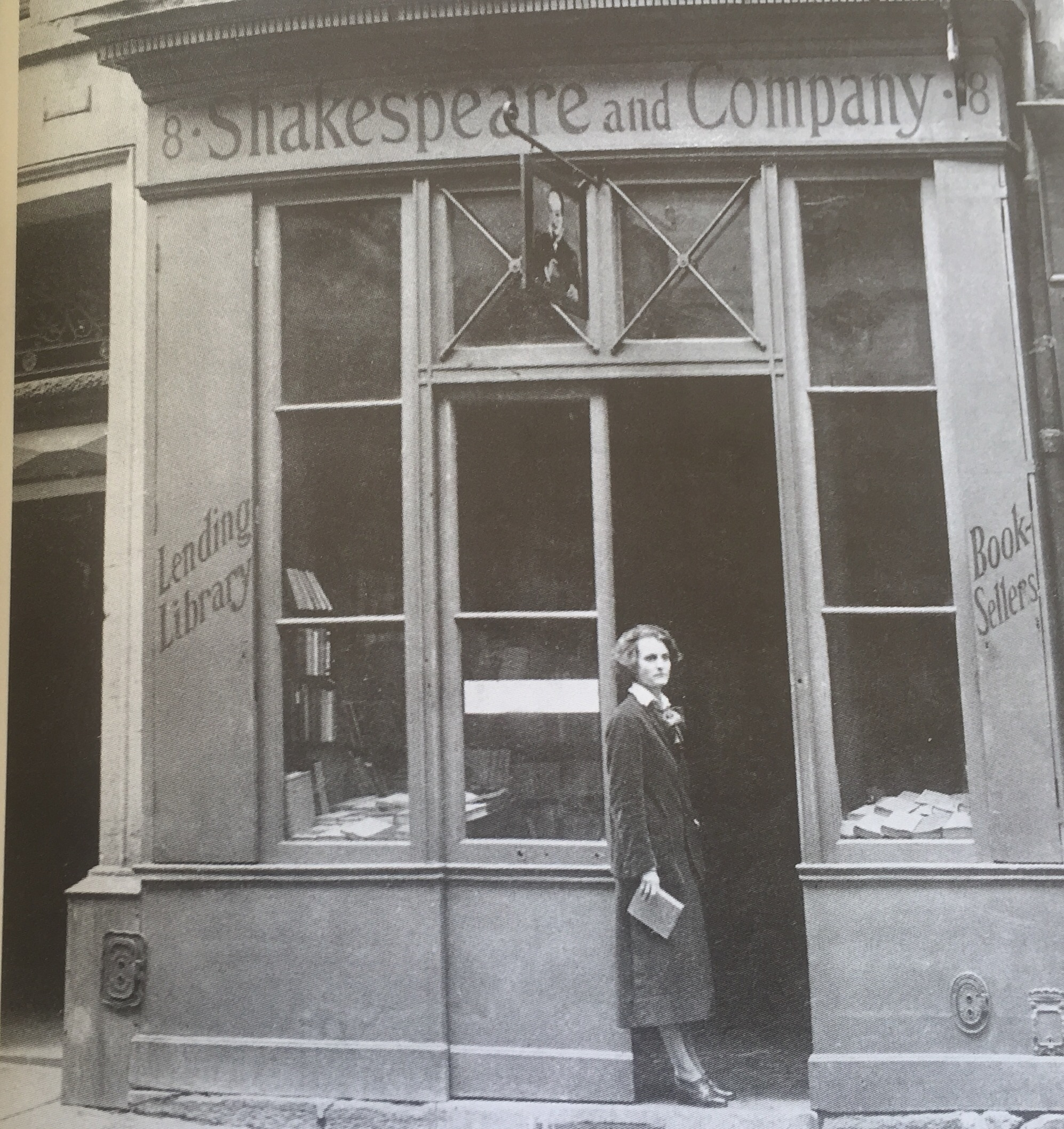 Sylvia Beach en el primer local de Shakespeare and Company